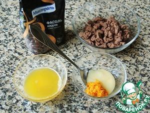 К фасолевому пюре добавить мед, цедру, корицу. Вливать постепенно апельсиновый сок и перемешивать до получения нежидкой пластичной массы.