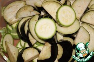 Кабачки и баклажаны, в зависимости от размера, нарезать шайбами или полушайбами.