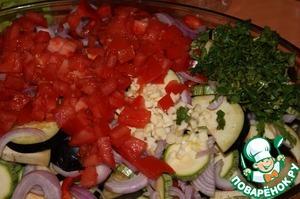 Поместить все овощи в жаростойкую форму, добавить нарезанные кусочками помидоры, крупно нарезанный чеснок и петрушку.