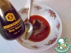"""Приготовить маринад: смешать соевый соус ( у меня ТМ """"Kikkoman""""), 1ст. л. масла, перец черный и сушеный базилик (1ч. л.)."""