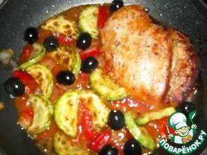 Добавить кабачок, и по желанию маслины к курице, скорректировать соль и перец по вкусу. Выключить огонь и накрыть крышкой. Подавать блюдо горячим. Можно перемешать макаронные изделия с соусом прямо в сковороде, а можно красиво выложить соус с овощами на рожки.