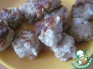 1. Мясо перекрутить, добавить соль, перец по вкусу. Сделать маленькие фрикадельки, обжарить на растительном масле.