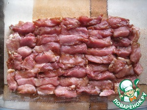 Form for baking grease with vegetable oil, put the meat.