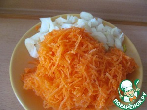 2. Морковь натереть, лук и баклажаны порезать кубиками. На растительном масле обжарить морковь с луком, в конце добавить баклажаны.