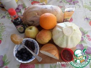 Подготавливаем продукты : моем птицу, фрукты и капусту.