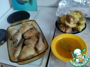 From a chicken stood out the juice. This juice we lubricated legs and potatoes ( put it next to the pan).