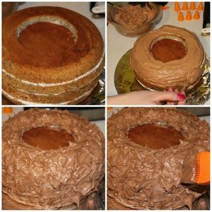 Теперь начинаем украшать наш пропитавшийся бисквит. Вырезаем в центре верхнего коржа место для яиц (M@Ms)Сам бисквит смазываем кремом.
