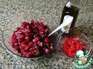 Смешать жаренный лук, фасоль, свеклу, скумбрию. Посолить, добавить по вкусу немного сахара и ложку винного уксуса. Заправить оливковым маслом. Маринованный лук обсушить.