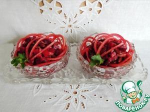 Салат выдержать в холодильнике не менее часа. Подавать порционно, украсив маринованным луком. Вкус получается очень гармоничный, слегка подкопченный.