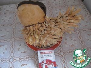 Приклеиваем перья растопленным шоколадом, начиная с хвоста, придавая форму курицы