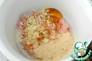 В фарш добавляем лук, яйцо, сухари, специи и перемешиваем.