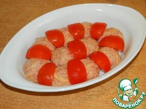 Из фарша делаем шарики и выкладываем в смазанную маслом форму. Сверху разложить свежие помидоры. Посыпать измельченным чесноком.