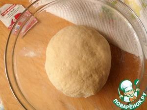 Смешиваем: яйцо, оставшийся сахар, ванильный сахар, растопленное масло, дрожжи, добавляя понемногу муку, замешиваем тесто. Муки может уйти меньше или больше ( в зависимости от муки). Тесто должно быть не крутым, а мягким. Посыпаем миску мукой, укладываем наше тесто, накрываем полотенечком и ставим в теплое место на 1 час.
