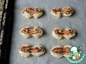 Выложить полученные заготовки на застеленный пергаментом противень, смазать яйцом и посыпать коричневым сахаром. Выпекать при 180 градусах 15-20 минут.