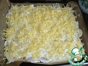 Тёртый сыр я равномерно распределяю по всему объёму противня.   Ну, вот на этом, пожалуй, процесс приготовления заканчивается!   Выпекать в духовке при температуре 180С* примерно 45-50 минут.
