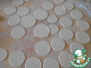 Теперь скатаем наше тесто в тонкий пласт, вырежем из него кружочки можно стаканом.