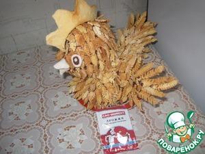 Для крыльев, перья склеивают друг к другу на пакете, после застывания приклеиваем к курице. Глаза и клюв сделаны из белого и темного шоколада.