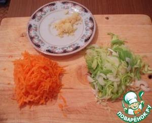 Лук-порей порезать полукольцами, морковь натереть на крупной терке, имбирь на мелкой.