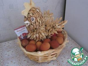 В корзину кладем яйца и курицу