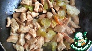 Болгарский перец режем еа кубики и добавляем к грудке.