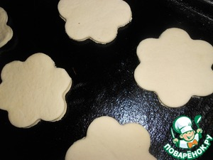 Roll the dough and with cookie cutter cut flowers. Spread the florets on a greased baking sheet.