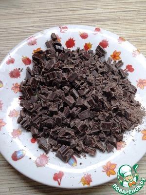 Шоколад порубить ножом на маленькие кусочки.