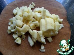 Яблоки очистить от кожуры, сердцевинки и порезать кубиками.