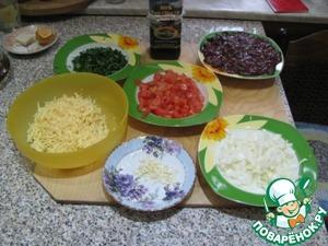 Печень индейки или (куриная), подготовить (очистить от пленок) в печени индейки очень маленький отход. Нарезать кубиками по 1 см., лук также нарезать, зелень также мелко нарезать. Томаты (если хотите, очистите), порезать также кубиками, чеснок мелко порубить