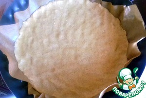Форму для выпечки смазываем сливочным маслом и застилаем ее пергаментом. Утрамбовываем туда тесто и ставим в холодильник примерно на 30 мин.
