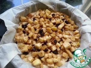Тесто вылить в форму 28см. выстеленную пекарской бумагой. На тесто выложить начинку.