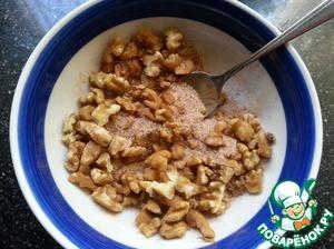 Орехи порезать не мелко, смешать их с сахаром и корицей.