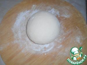 Для начала замесим тесто из муки, яйца, соли и воды немного упругое. Сделаем 2 шара накроем салфеткой и отложим в сторону.