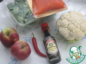 Подготовить основные ингредиенты.   Капусту помыть и разобрать на соцветия, яблоки помыть и нарезать дольками.