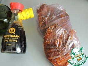 Обмазываем хорошенько рыбу маринадом, убираем её в пакет и оставляем мариноваться на 30 минут.