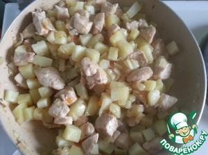 Когда курица обжарится - минут через 15, а картофель почти сварится.   Картофель сливаем и перемешиваем с курицей.   Начинка готова.