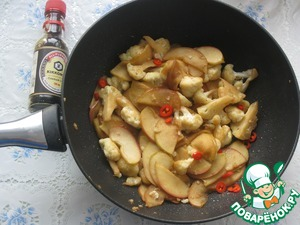 In a heated with oil pan fry, stirring occasionally, the cauliflower 4 minutes, then add the apples and another minute to hold the fire.  Add the sliced rings of Chile, pour soy and oyster sauce.  To hold, stirring occasionally for a couple more minutes to let the ingredients soak in the sauces.