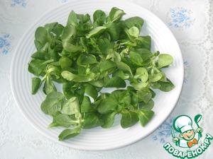 На тарелку выложить листья салата.