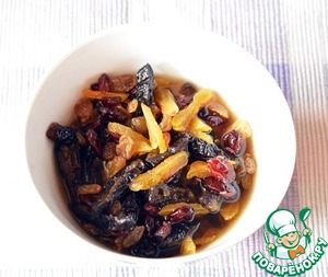 Used prunes and dried apricots and finely chop with raisins and dried cherries, pour brandy. Leave to soak up the flavors for 1 hour.