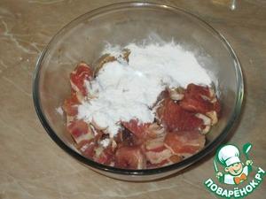 Мясо замариновалось, добавляем крахмал и перемешиваем