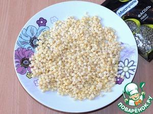 Остается маленькая часть шелухи на зернах и при желании её можно тоже удалить. Остывшие проросшие ростки маша перекладываем в салатницу.