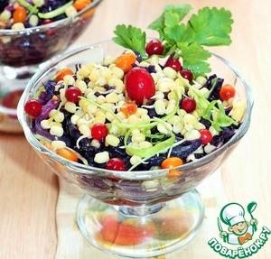 Перемешать все ингредиенты салата; фасоль Маш, капусту с репчатым луком, добавить заправку, посыпать порубленной зеленью и сразу же подавать к столу.    Салат готов! Угощайтесь и получайте в придачу букет необходимых микроэлементов и витаминов!      Приятного аппетита!