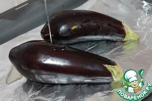Пока варится фасоль баклажаны выкладываем на противень, застеленный фольгой. Смазываем 1 ст. л. оливкового масла. Отправляем в разогретую до 180 гр. духовку на 30 минут.
