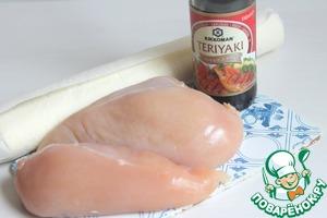 Возьмем две куриных грудки, соевый соус Терияки и слоеное тесто.