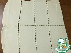 The puff pastry is rolled to 3 mm thick, cut into 8 rectangles and put into the oven 200 gr. 15-20 min.