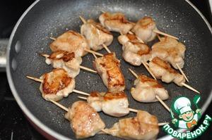 В идеале это блюдо готовится в воке, но можно взять и обычную сковороду с толстым дном. Наливаем растительное масло и на максимальном огне обжариваем кусочки курицы по 1 минуте с каждой стороны. Не пересушите!