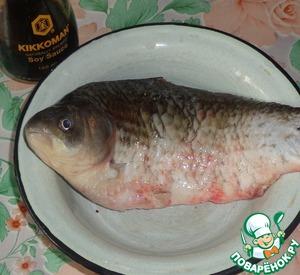Карася очищаем от чешуи и удаляем внутренности. Хорошо промываем его в проточной воде из-под крана. Сбрызнуть рыбу соевым соусом Kikkoman, посыпать мускатным орехом и душистым перцем. Оставляем рыбу в холодильнике на 30 минут.