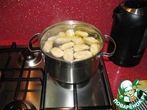 Довести воду до кипения, не солить, добавить 1 ст. ложку растительного масла, и все вареники аккуратно выложить в воду. Снова довести до кипения и варить 3 минуты.
