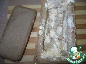 Внутри хорошенько промазываем маслом. Только дно хлеба не смазываем. Будет выделяться сок с мяса...