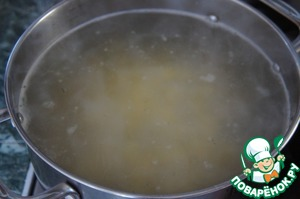 In the boiling broth or water, add potatoes and bring to a boil.
