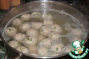 Carefully lower the meatballs, bring to a boil and cook, removing the foam 7 minutes on small fire.